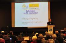 Bild 1: Hochschulpfarrer Dr. Siegfried Karl eröffnet das Symposium.